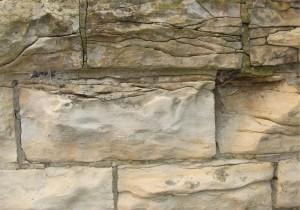Narušené opukové zdivo.
